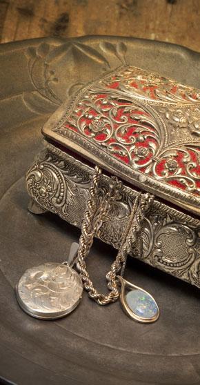 amuletai, amuletas, talismanas, talismanai, relikvijos, skrynia